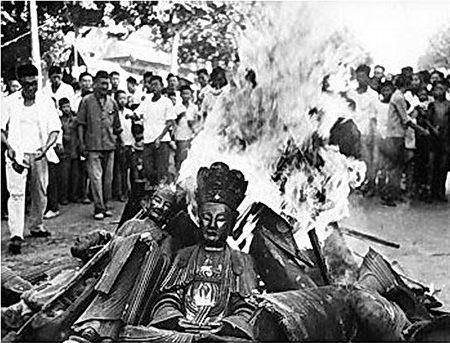 """文化大革命期间,中共在全国范围内""""破四旧"""",寺庙中的佛像多被砸毁并付之一炬。(公有领域)"""