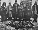 苏联实行战时共产主义,导致1921至1922年的大饥荒,一年半时间里超过500万人死于饥饿,在一些地区,这些死者的尸体马上成为充饥的食品。(公有领域)