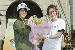 罗小白(右)脸书破百万慈善街演,好友程予希(左)献花打气。(上行娱乐提供)