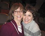 前舞蹈演员Barbara Robbins(右)与朋友Menorah Schwartz(左)都认为神韵让她们大开眼界。(童云/大纪元)