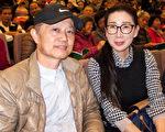2017年2月22日下午,法邑室内设计公司负责人夫妇汤汉文与刘静观赏美国神韵纽约艺术团在桃园展演中心的演出。(黄采文/大纪元)