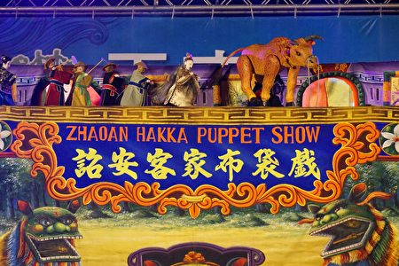 東興國小表演的詔安布袋戲,精采演出贏得熱烈掌聲。(廖素貞/大紀元)