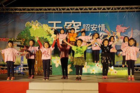 崙背國小表演的客家歌謠,歌曲歌詞都是學校自創的。(廖素貞/大紀元)