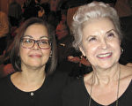 費城市前市府公務員Lydia Lewicki和現市府公務員Francesca Alearado一同觀看了週三的神韻演出,她們表示神韻對所有年齡段都有教育性。(童雲/大紀元)