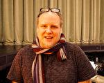 作曲師Eric Young在樂池旁留影,感佩神韻樂團的演奏具有超高水準。(溫文清/大紀元)