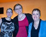 物理治療師Donna Maples女士(右)與女兒Cathleen Samter(中)和Hannah Williams(左)終於如願以償,觀賞到了神韻。(海倫/大紀元)