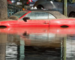2017年2月22日加州圣荷西巿邻近地区百年洪患,1万多人撤离家园。(NOAH BERGER/AFP)