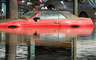 2017年2月22日加州聖荷西巿鄰近地區百年洪患,1萬多人撤離家園。(NOAH BERGER/AFP)