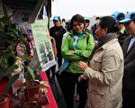 嘉义县长张花冠到现场看短期经济林宣导海报。(嘉义林管处提供)