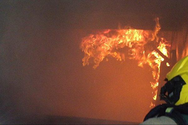 熊熊火舌聚集在天花板,火和煙如波浪般不斷滾動,這樣的火焰燃燒,是閃燃的前兆。(高市消防局提供)