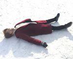 金承熙在雪地上躺着的画面,拍了5个小时,让他的脸跟手都冻伤。(AKI娱乐提供)