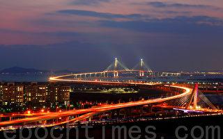 韩国仁川大桥夜景。(全景林/大纪元)