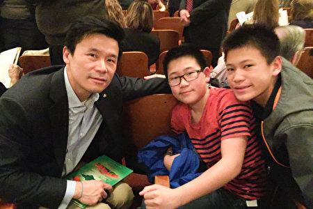 亚洲银行总裁兼首席执行官王怡康表示,看神韵是很好的机会,能看到中国古老的文化。图为王怡康和两个儿子在演出中场休息时合影。(肖捷/大纪元)