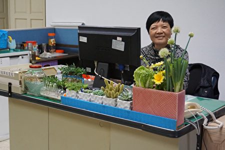 斗六公所雇員薛阿滿利用各式各樣的回收品來做綠色盆栽.頗具巧思。(李芳如/大紀元)