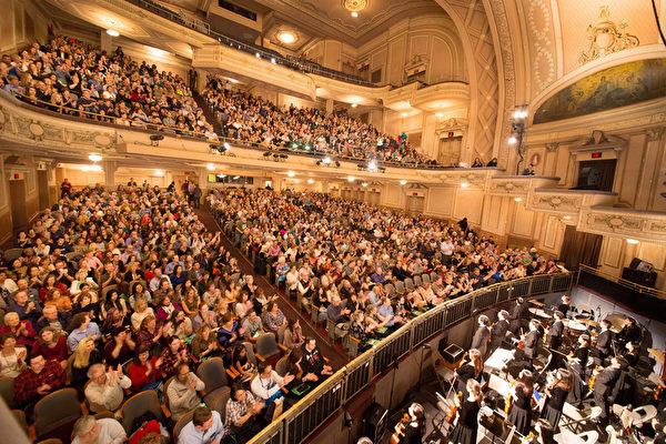 2017年2月25日(周六)下午,神韵国际艺术团在美国费城玛丽安剧院(Merriam Theater)的演出再次一票难求。这是自2月18日神韵在费城首演以来的第10场。8天以来,场场爆满,剧院每场都要临时加售看不全舞台的座位。(戴兵/大纪元)