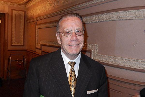连续追看神韵十年的Gene Brumbach于2月25日晚在费城玛丽安剧院再次观看神韵,感佩神韵演员的巨大付出。 (卫泳/大纪元)