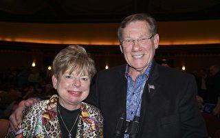 2月25日下午,Crestpoint Management公司董事会主席Henry Mitchell和太太暨总裁Michelle Glossip 观看了神韵巡回艺术团在密苏里州圣路易斯市皮博迪歌剧院(Peabody Opera House)的首场演出。(唐明镜/大纪元)