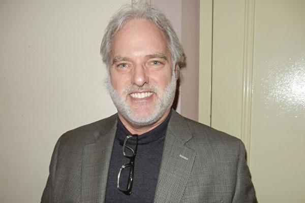 公司首席财务长James Kirkpatrick于2月25日下午在费城观看了神韵演出。(Bowen Xiao/大纪元)