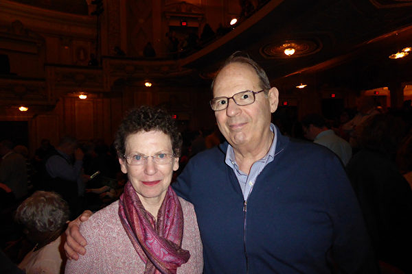生物制药公司Turing Pharmaceuticals医药事务副总Julio Casoy 与太太,也慕名来到了玛丽安剧场观看神韵国际艺术团的演出。