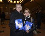 Judy Lybarger女士和Susan Lybarger女士及家人观看了2月25日晚圣路易斯的神韵晚会。(温文清/大纪元)