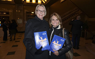 Judy Lybarger女士和Susan Lybarger女士及家人觀看了2月25日晚聖路易斯的神韻晚會。(溫文清/大紀元)