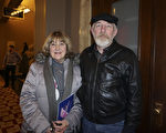 退休牧师Nancy Hubert和先生Ron Hubert观看了2月25日晚圣路易斯的神韵晚会。(温文清/大纪元)