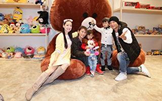左起:王俐人、高嫂带着女小花、儿恩恩,与高山峰一起出席力挺文创多元新领域。(方尹文创提供)