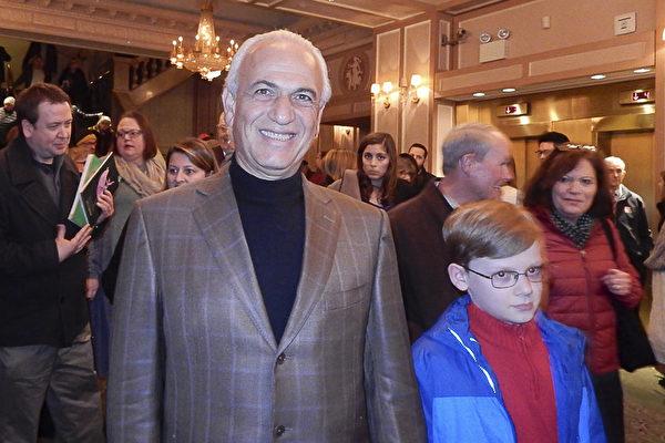 诊所业主Shahab Bina医生2月26日下午,在费城玛丽安剧院观看神韵演出后,盛赞神韵是一场伟大的演出。 (卫泳/大纪元)