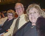 Wayne Roso先生退休前,拥有一家工程环境咨询公司。26日下午,他和太太Cherry Roso以及Cheery的双胞胎姐姐Ellen Roso一起前来观看了演出,他们表示充满异国风土人情的演出,让人们非常放松,非常好看。(林朴/大纪元)