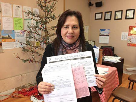 旧金山市社区资源中心行政主任杜丽莎欢迎居民前来免费报税。(旧金山市社区资源中心提供)