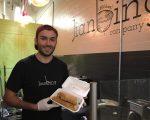 """萧瑟(Reuben Shorser)拿着新鲜出炉的煎饼得意的说:""""我做的是最正宗的煎饼果子。"""" (于佩/大纪元)"""