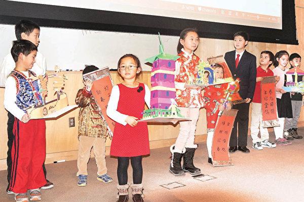 衛斯理中文學校慶祝雞年聯歡會上,書法班、繪畫班學生展示親手書寫或製作的春聯和新年彩燈。(貝拉/大紀元)