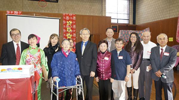 纽英伦客家乡亲会在庆祝天穿日活动中,特地为高龄90岁的宋凤英(前左二)庆生。(前右一)为周一男会长。(廖述祥/大纪元)