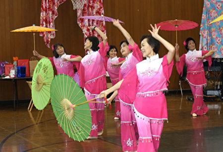 紐英倫客家舞蹈班表演「客家傘舞」。(廖述祥/大紀元)