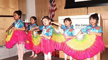 衛斯理兒童舞蹈團表演「慶新年」。(貝拉/大紀元)