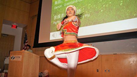 Angela Liu表演舞蹈「馳騁草原」。(貝拉/大紀元)
