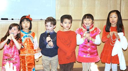 中文初級班表演歌曲「新年好」。(貝拉/大紀元)