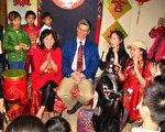中華民俗藝術工作坊(CFAW)團員向團長張昆夫婦(中)拜年。(馮文鸞/大紀元)
