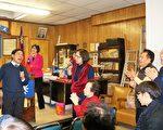 僑教中心主任歐宏偉(左一)高歌一曲「朋友」,為國民黨元宵燈謎聯歡掀起高潮。(貝拉/大紀元)