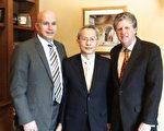 (右起)罗德岛副州长马奇(Daniel McKee)、赖铭琪处长和副州长的幕僚长Anthony Silva合影。(经文处提供)