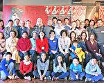 教育組組長黃薳玉(坐排中著紅衣者)及訪問學人、專協董幹事及臺裔旅美學人合影。(黃柏彰/大紀元)