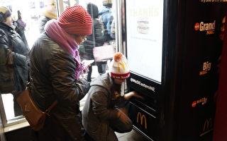 試吃者在機器面板上點好材料,ATM機器自動吐出做好的漢堡。(廖述祥/大紀元)