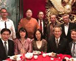 艺联慈善社春宴,艺联慈善社主席郑慧民(后排中)、黄贤池(后排右二)与嘉宾合影。(侨教中心提供)