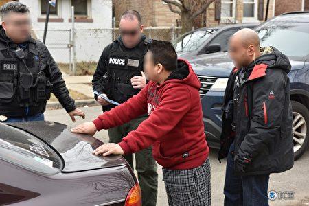 美國移民和海關執法局(ICE)2月13日公布說,全美共有680人在上週針對非法移民的大掃蕩中被逮捕。(ICE提供)