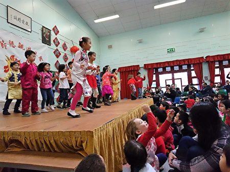 倫敦中華學校的「丁酉年中國新年懇親遊藝會」全校師生節目表演(倫敦中華學校提供)