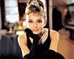 奥黛丽.赫本(Audrey Hepburn)在《蒂梵尼的早餐》中身着小黑裙的形象深入人心(维基百科公有领域)