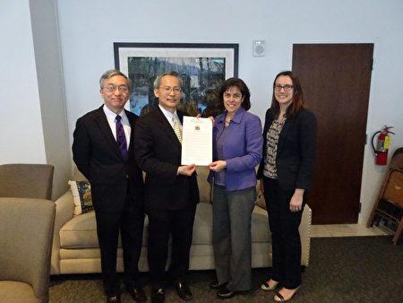 美佛蒙特州众议会23日(美东时间)通过友台决议案,支持台湾参与国际组织。州众议长强生(右2)转交决议文给驻波士顿台北经文处长赖铭琪(左2)。(驻波士顿台北经文处提供)