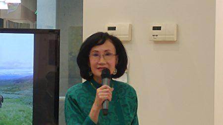 劉長富《北方尋覓》個展開幕式主持人葉憲年女士。(邱晨/大紀元)