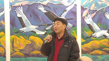 圖:劉長富《北方尋覓》個展開幕式上,知名雕塑家與畫家程樹人到場祝賀。(邱晨/大紀元)