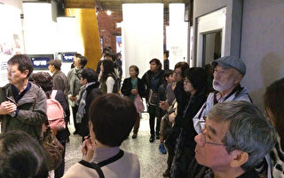 """日本冲绳228受难者家属27日来台参访""""阿嬷家–和平 与女性人权馆"""",馆长康淑华也向参访来宾解说台湾"""" 慰安妇""""人权运动的历程,并亲自导览介绍馆内的各项 展览内容。(妇援会提供)"""